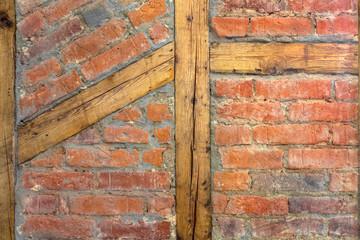 Steinwand mit Holzbalken Backstein