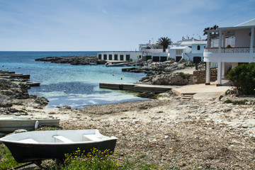 Bonita cala de aguas turquesas en  Menorca, Islas Baleares