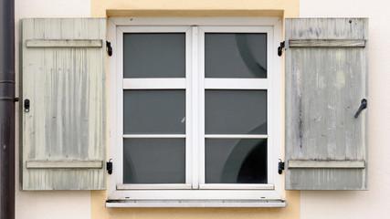 Sprossenfenster mit alten Fensterladen aus Holz