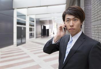 ビジネスマン スマホで会話