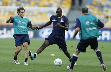 Italy's Mario Balotelli (C) and Alessandro Diamanti (L) during training