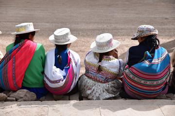 Péruviennes en costume traditionnel au marché de Chivay au Pérou