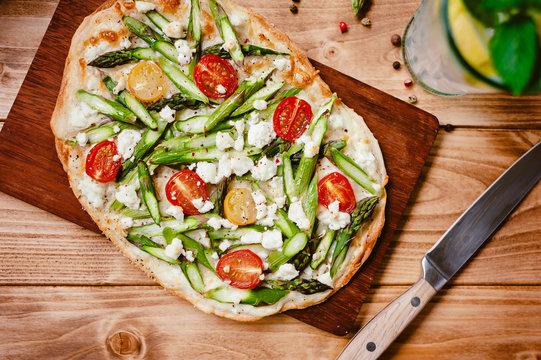 Flammkuchen mit grünem Spargel, Tomaten und Feta