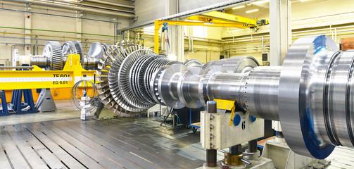 Panorama Dampfturbine im Maschinenbau - Herstellung in einer HiTech Fabrik // steam turbine in mechanical engineering - production in a HiTech factory