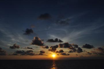 Atardecer puesta de sol alta mar