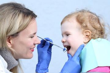 Kind lächelt beim Zahnarzt Kinderzahnarzt