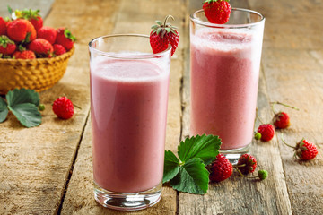Stores photo Lait, Milk-shake Delicious fruit milkshake made of fresh ripe strawberry and milk. Diet drink for healthy breakfast.