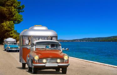 oldtimer PKW auto mit wohnwagen, camping am meer, strand