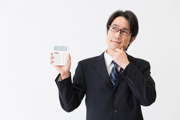 電卓を持つ男性 ビジネス 考える