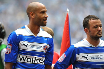 (L-R) Jimmy Kebe and Noel Hunt - Reading lineup before the game