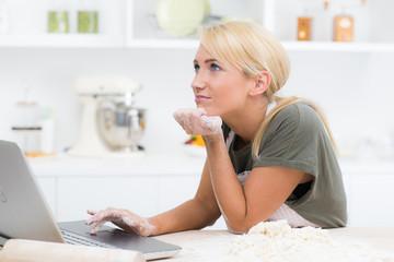 frau sucht nach einem backrezept im internet