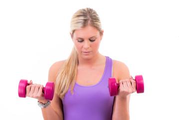 Junge blonde Frau trainiert erfolgreich ihren Body