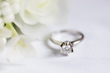 ダイヤモンドの指輪と白いブーケ
