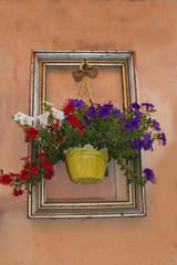 Quadro con vaso di fiori appeso al muro
