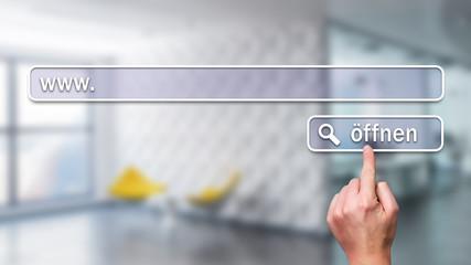 Finger drückt auf virtuellen Suchen-Knopf