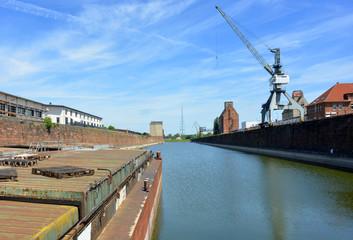 Fotobehang Brug Transportschiff im Wissenschaftshafen Magdeburg