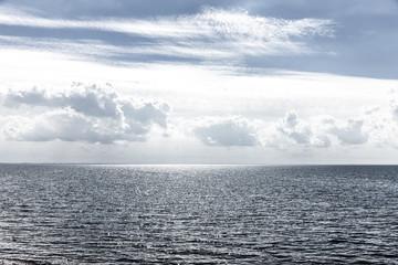 Wall Mural - Sonnenreflexion über dem Meer