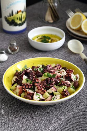 insalata di polpo con patate e olive su sfondo tavolo di cucina ...