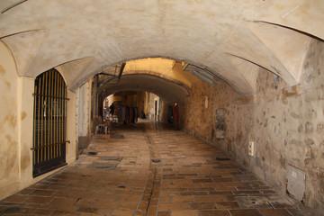Hyères, allée couverte dans la vieille ville