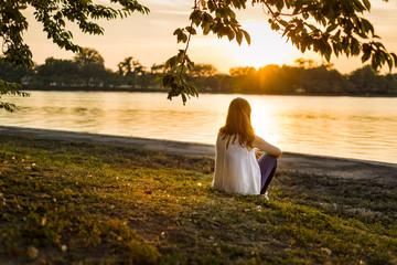 Mujer al atardecer / Woman at sunset