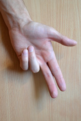 Рука с зажатыми двумя пальцами