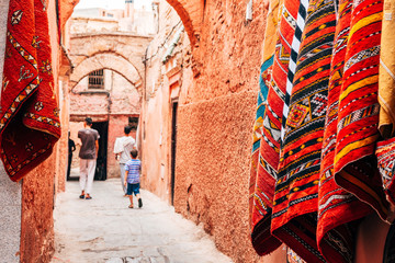 In de dag Marokko colorful street of marrakech medina, morocco