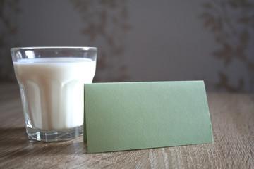 Ein Glas Milch mit Notitzzettel im vordergrund