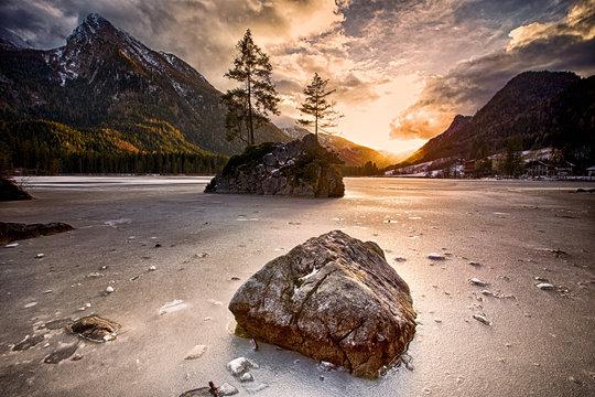 Sonnenuntergang im Winter am Eibsee Bayern