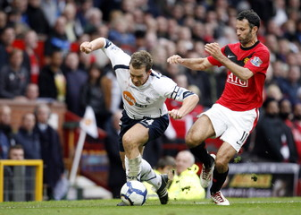Manchester United's Ryan Giggs in action against Bolton Wanderers' Kevin Davies (L)