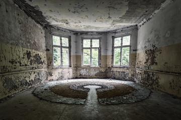 Glaskunstwerk  an einem Lost Place