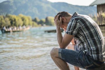 Depressiver Mann in Gedanken