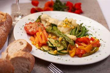 Gedünstetes bio Gemüse verschiedene Sorten auf einem Teller angerichtet