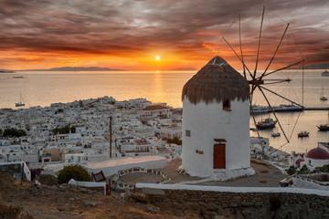 Wall Mural - Farbenfroher Sonnenuntergang über Mykonos Stadt mit traditioneller Windmühle, Griechenland