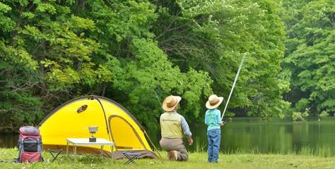 初夏のキャンプ・フィッシングのファミリー