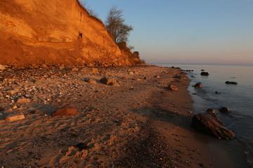 malerischer Strand mit Steilufer und Steinen an der Ostsee, Schleswig-Holstein, Deutschland