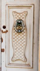 Haustür-Klopfer an alter Holzhaustür