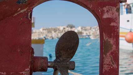 Schiffschraube an rotem Fischkutter auf der Mittelmeerinsel Malta