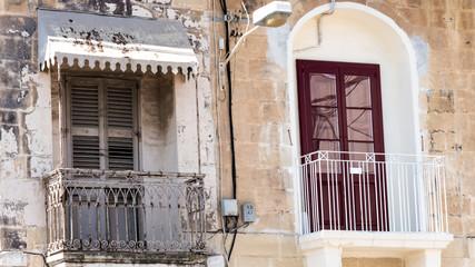 Alter und neue Balkon mit Tür auf der Mittelmeerinsel Malta
