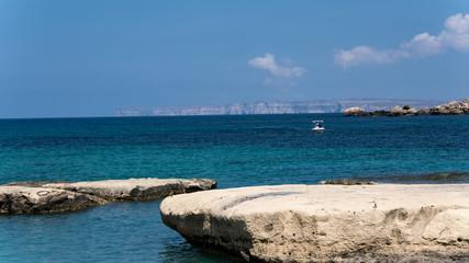 Strand mit Felsen auf der Mittelmeerinsel Malta mit Blick auf Gozo