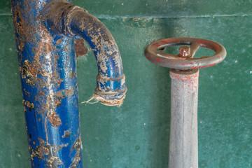 Rohr und Ventil in einer verlassenen Brauerei