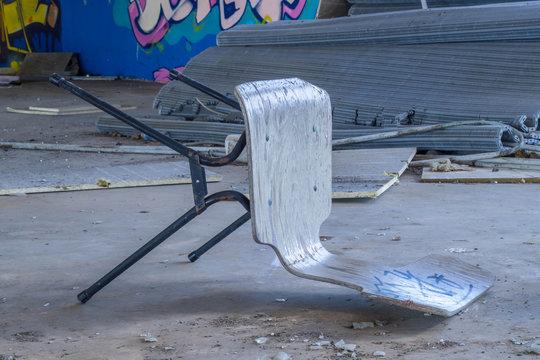 Umgefallener Stuhl in einer verlassenen Brauerei