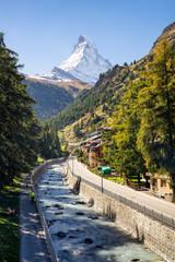 Fototapete - Zermatt mit Blick auf das Matterhorn in den Schweizer Alpen