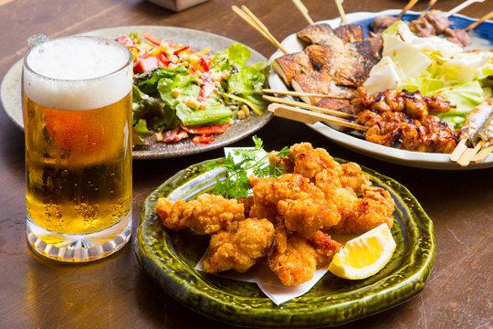 居酒屋の生ビールと料理