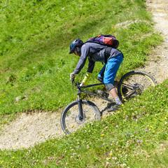 Mountainbiker befährt eine Downhill-Passage