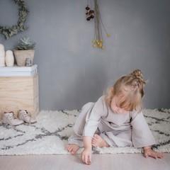 Kleines Mädchen spielt zufrieden zuhause