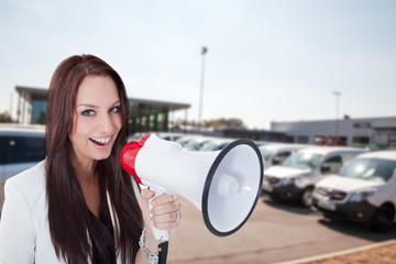 Geschäftsfrau verkauft Autos lautstark mit Megafon