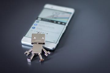 Chatbot / Social Bot / Handyvirus, Smartphone und Chatverlauf