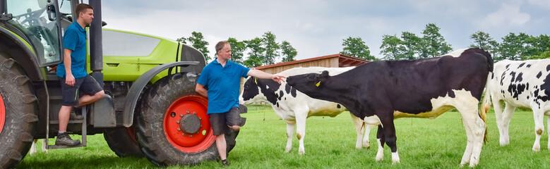 Milchkrise - Landwirt berät sich vor Ort auf einer Rinderwiese