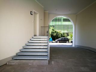 Links die Treppe hoch geht es zum Eingang und rechts durch den Torbogen geht es wieder hinaus