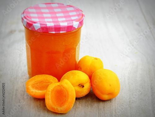 Pot de confiture d 39 abricots fait maison fruits de saison photo libre de droits sur la banque - Confiture d abricots maison ...